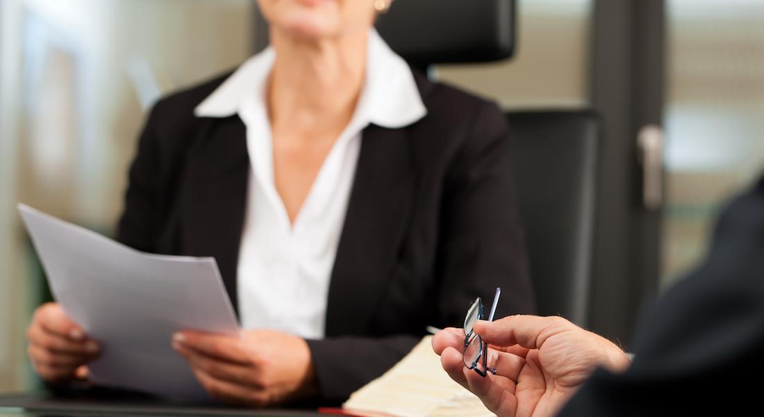 Notaire avec client dans son bureau pour consultation